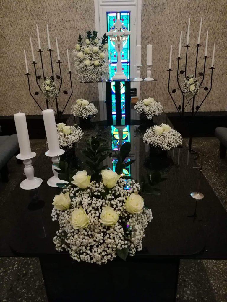 1 salės pašarvonė su baltom rožėm