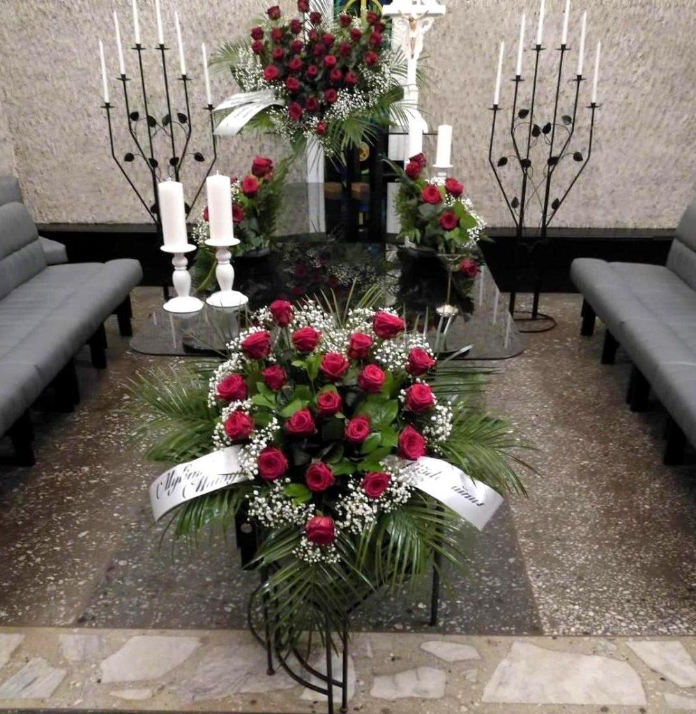 Pašarvonė su raudonom rožėm